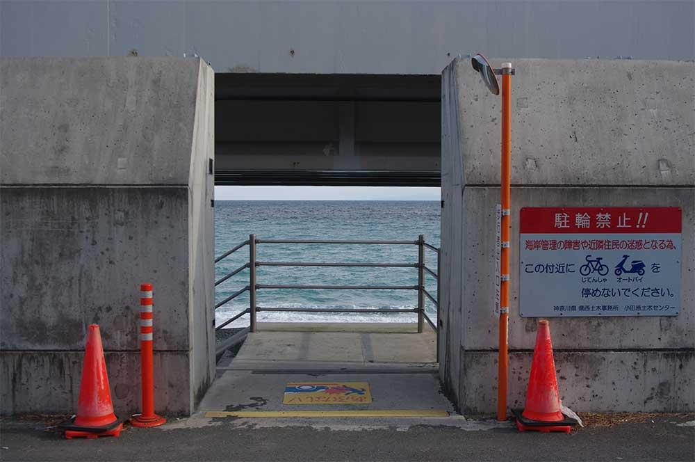 海岸へ降りる入り口