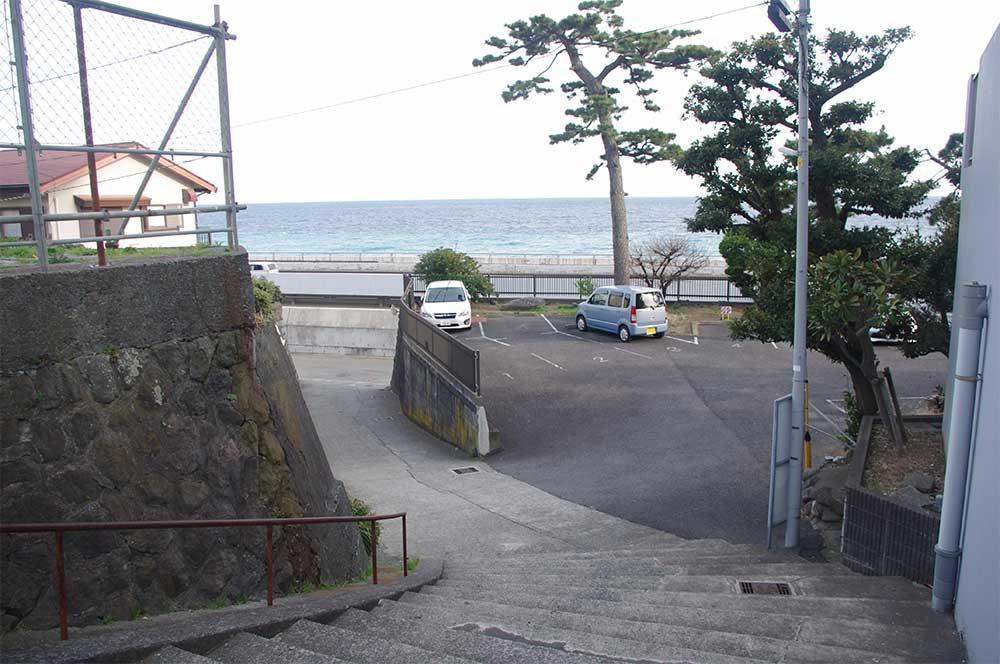 国道1号から海岸へ向かう階段