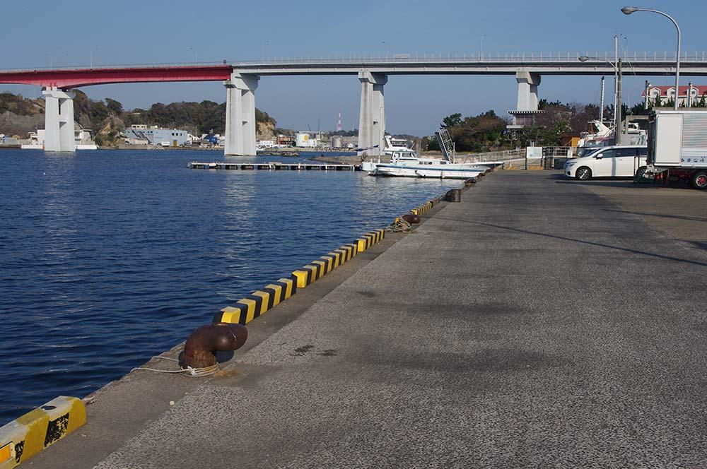 城ヶ島大橋近くの堤防