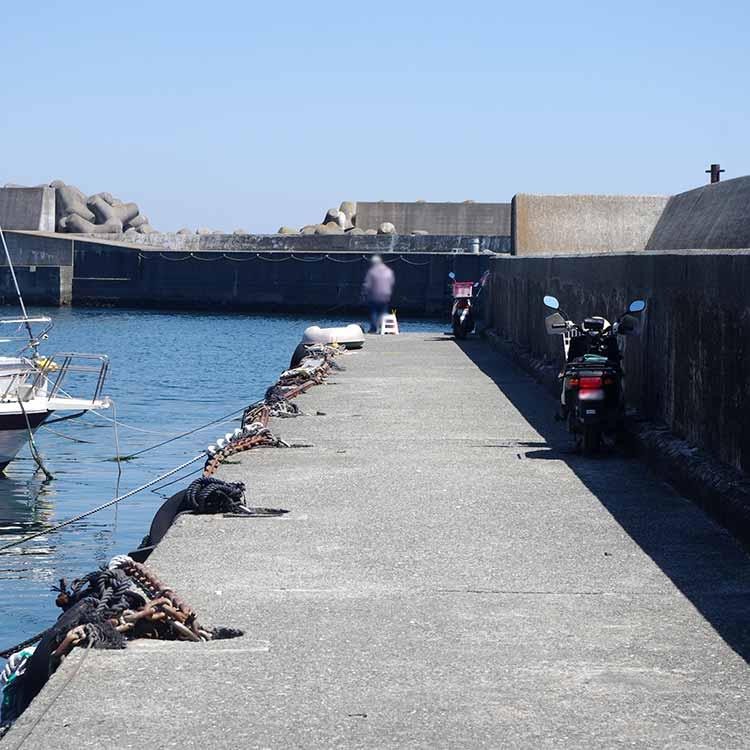 真鶴港入り口付近の堤防