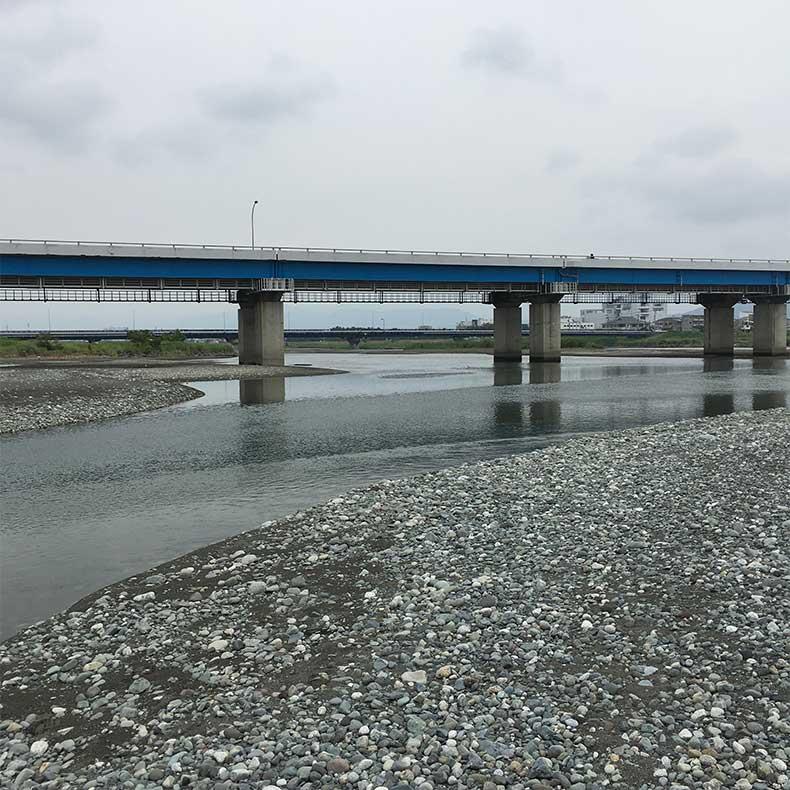 酒匂川の上の道路は西湘バイパス