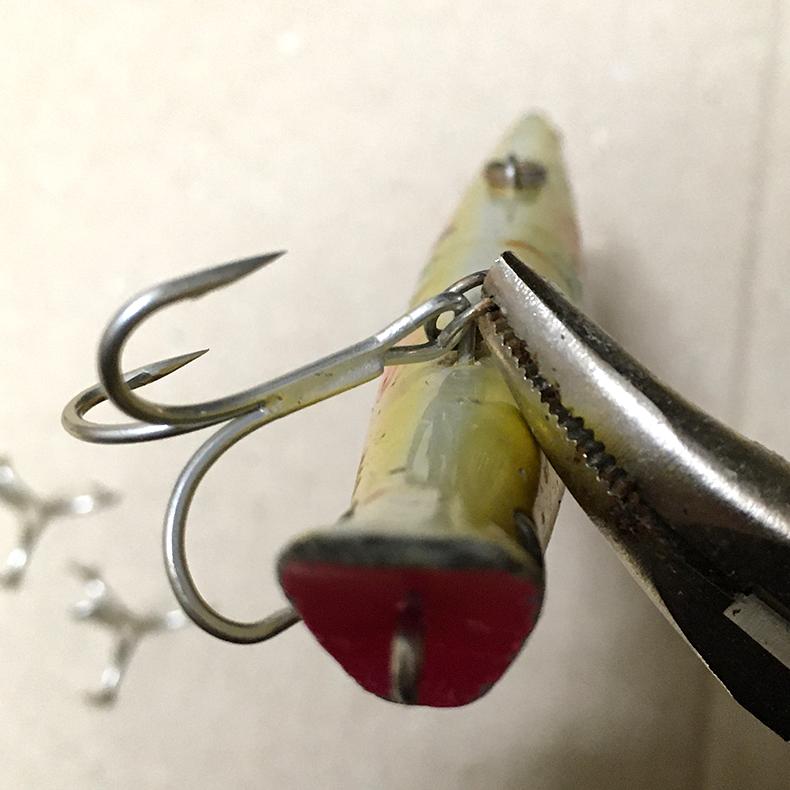 ルアーのフック交換:トレブルフックをねじ込む